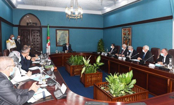 رئيس الجمهورية ينصب اللجنة الوطنية المكلفة بإعداد مشروع مراجعة قانون النظام الانتخابي
